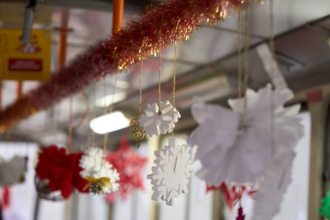 Праздничные новогодние украшения внутри трамвая