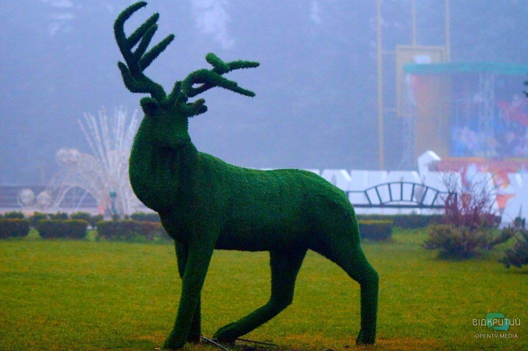 Знаменитые скульптуры около горсовета Каменского