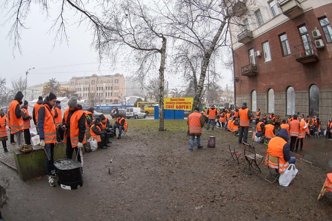 Митингующие под ПриватБанком на Яворницкого