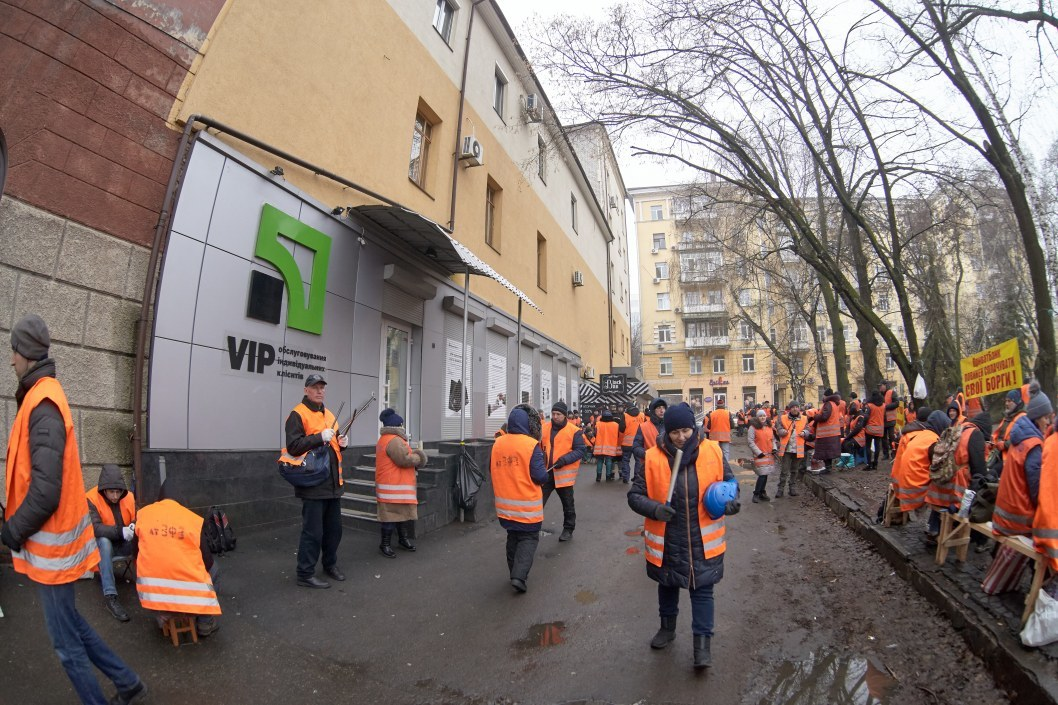Протест под отделением ПриватБанка около горсовета