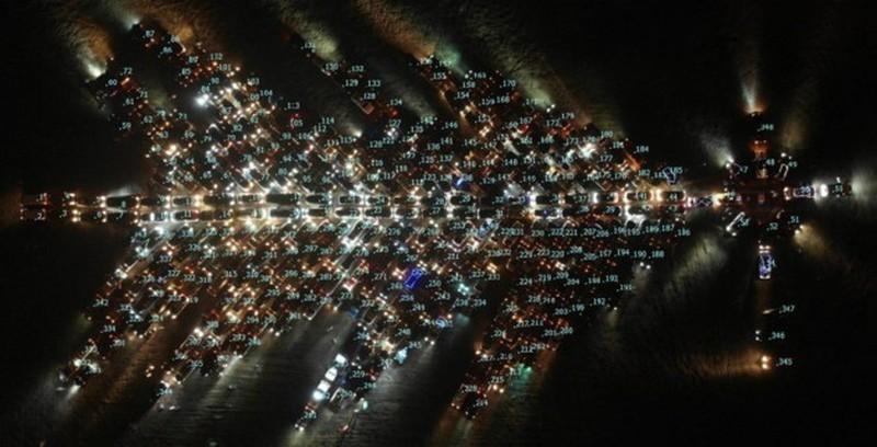 Рекордно-новогодний флешмоб: украинские водители выстроили елку из авто в разных городах (ВИДЕО)