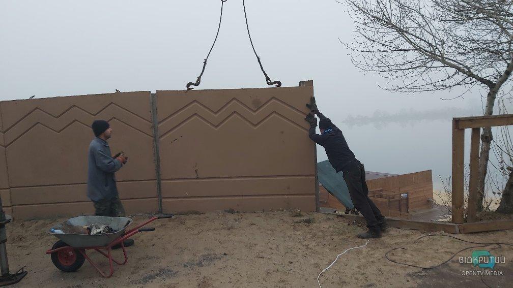 Процесс возведения ограждений вокруг озера в Елизаветовке.
