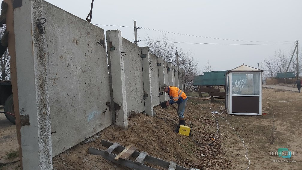Установка бетонных ограждений вокруг озера в Елизаветовке.