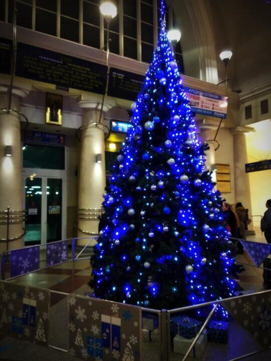 Новогодняя елка в холле жд вокзала Днепра