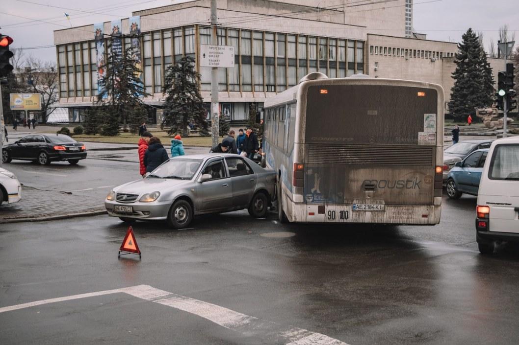 "В Днепре возле оперного ""Лоцман"" попал в ДТП (ФОТО)"