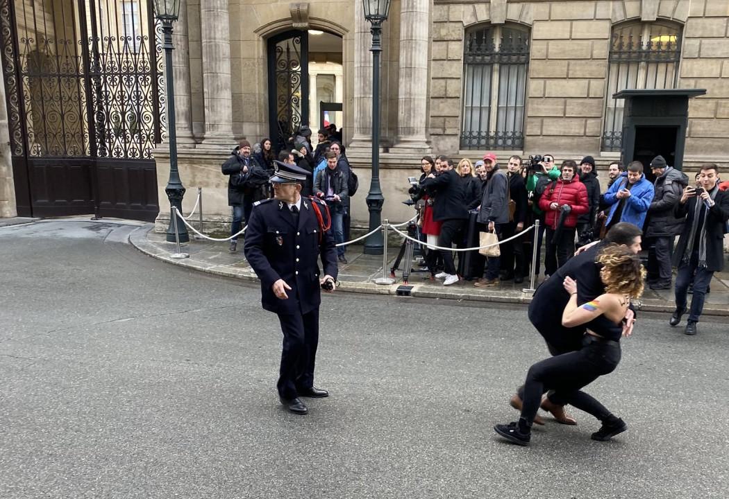 Активистка Femen показала голую грудь перед встречей нормандской четверки