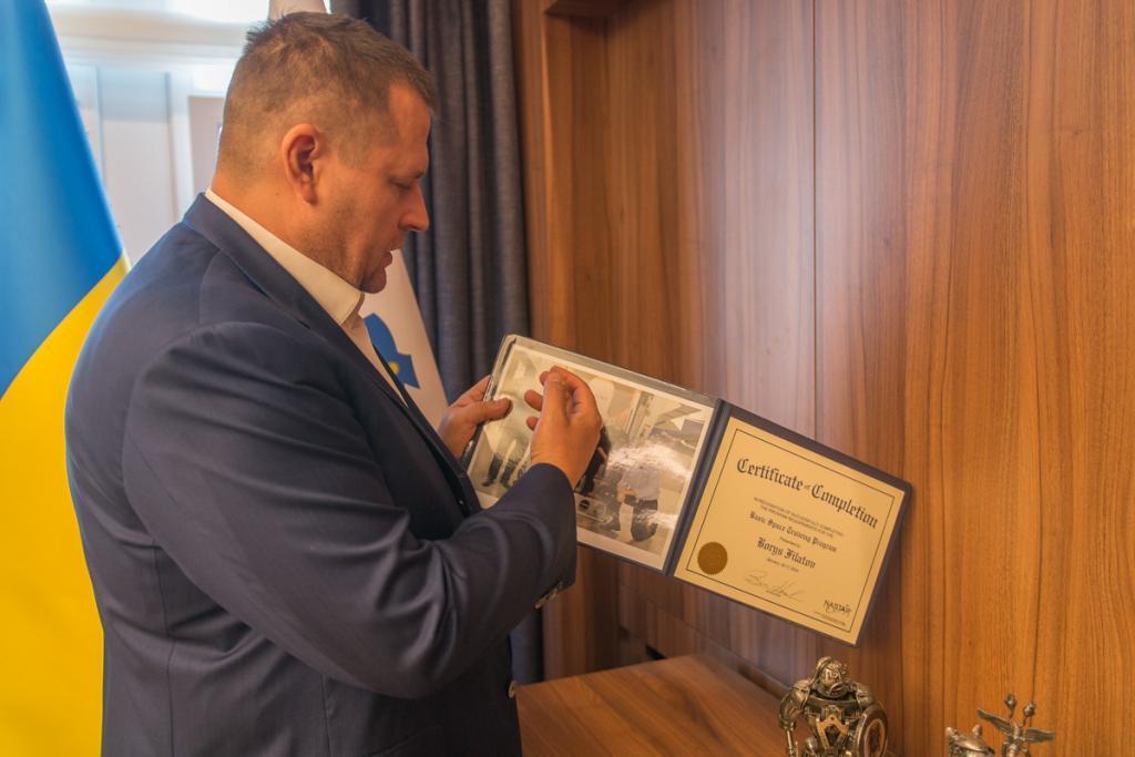 Борис Филатов рассказывает сертификат о прохождении базовой подготовки астронавта