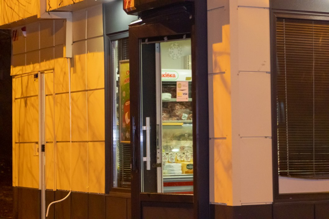 Двери, через которые злоумышленники попали внутрь магазина