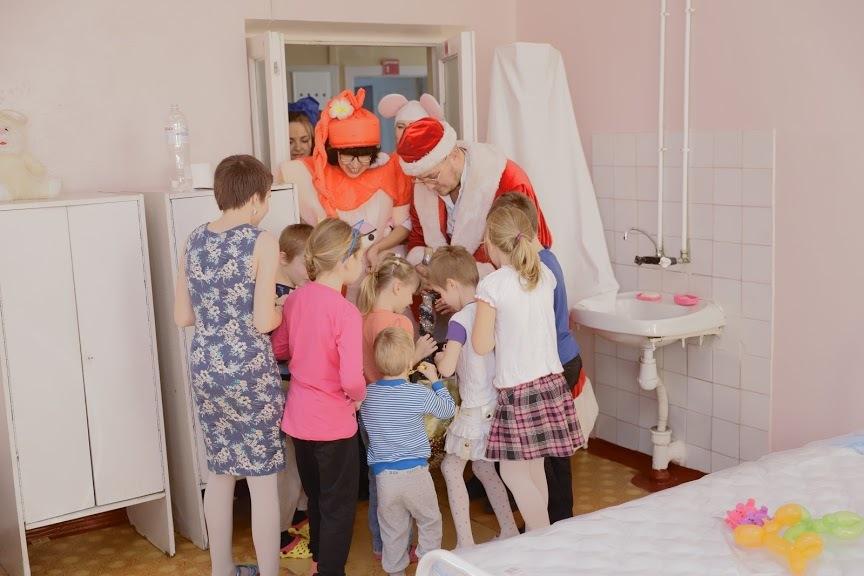 Сменили белые халаты на сказочные наряды: днепровские врачи поздравили детей с Днем святого Николая