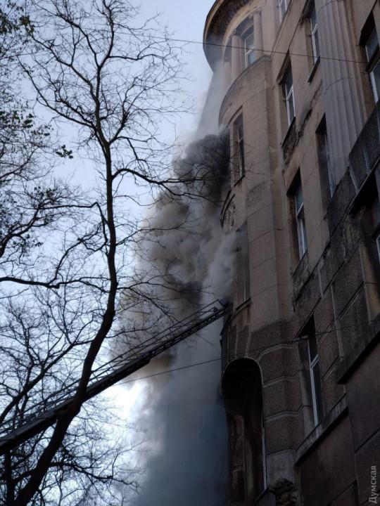 Пожар в колледже Одессы: люди прыгают из окон, чтобы спастись (ВИДЕО)