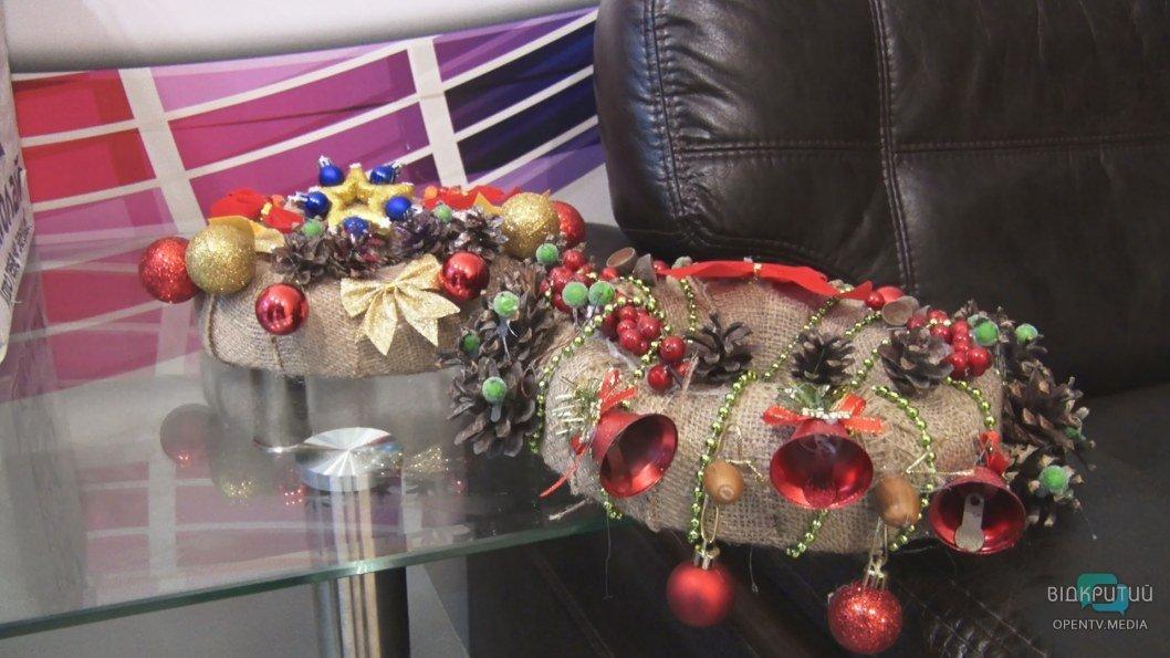 ВІДЕО: На телеканалі Відкритий провели майстер-клас з виготовлення новорічних віночків