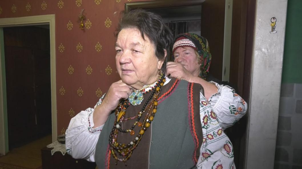 ВІДЕО: Майстриня зі старого одягу шиє українські костюми