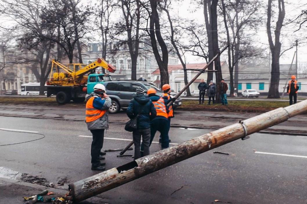 На Пушкина поперек дороги рухнул столб: изменено движение трамваем и троллейбусов (ФОТО)
