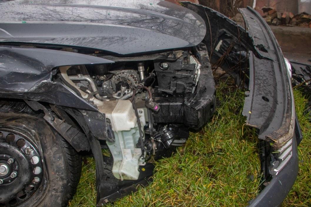 У Volkswagen оторвало бампер.
