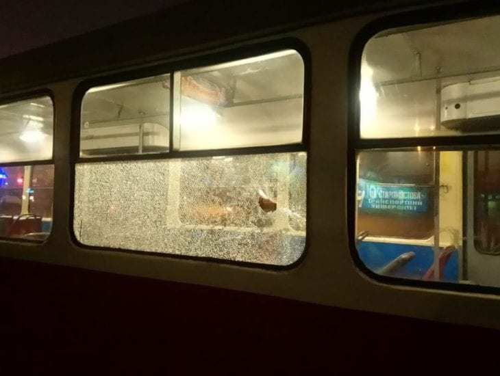 В Днепре хулиганы снова забросали трамвай камнями (ФОТО)