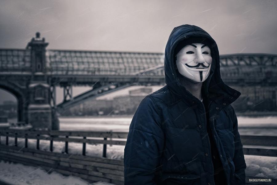 На Днепропетровщине юноши в масках Анонимуса палками избили мужчину (ФОТО)