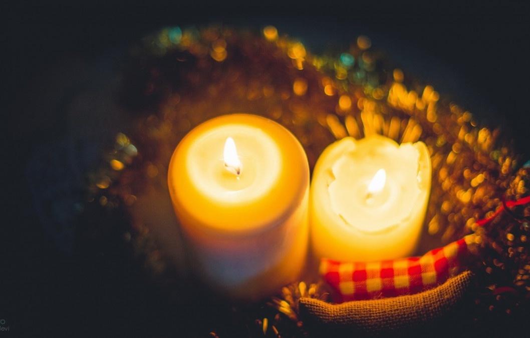 Парафиновые горящие свечи