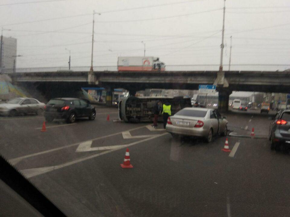 Перевернутый микроавтобус на съезде с Нового моста