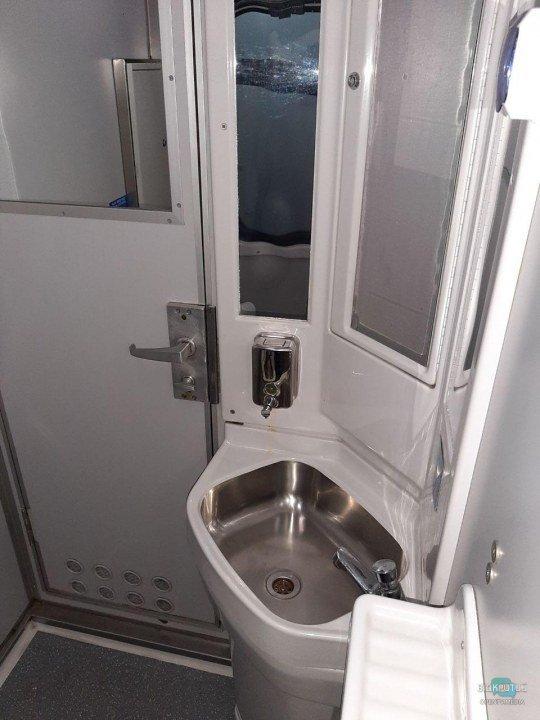 Чистота в санузле купейного вагона: чистые зеркала, рукомойник и наличие жидкого мыла.