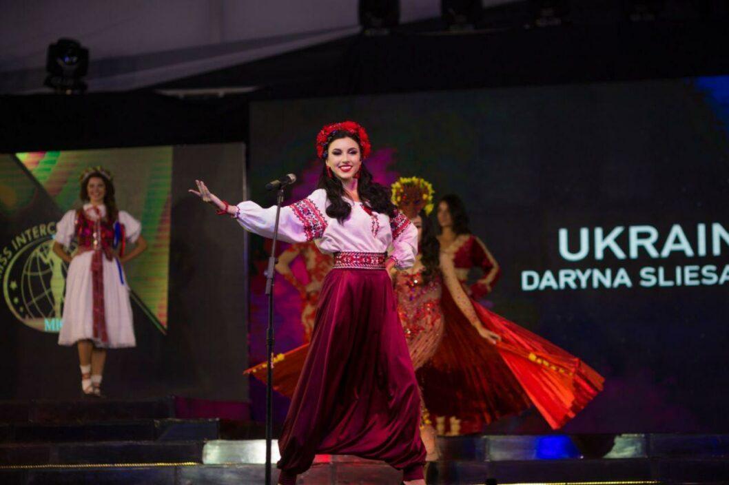 Выход в национальном костюме участницы с Украины