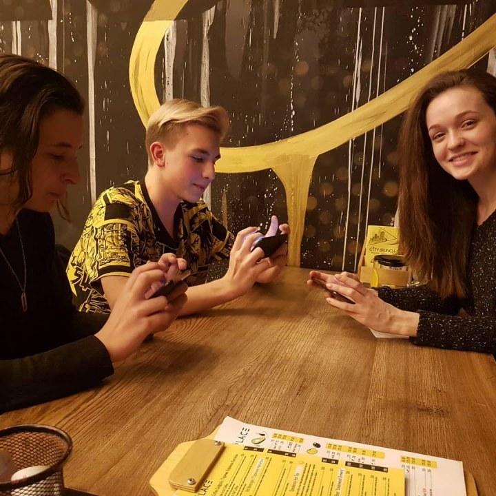 Как держат телефон мобильные киберспортсмены