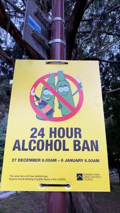 """Знак о начале зоны """"алкогольного бана"""" в Квинстауне, Новая Зеландия"""
