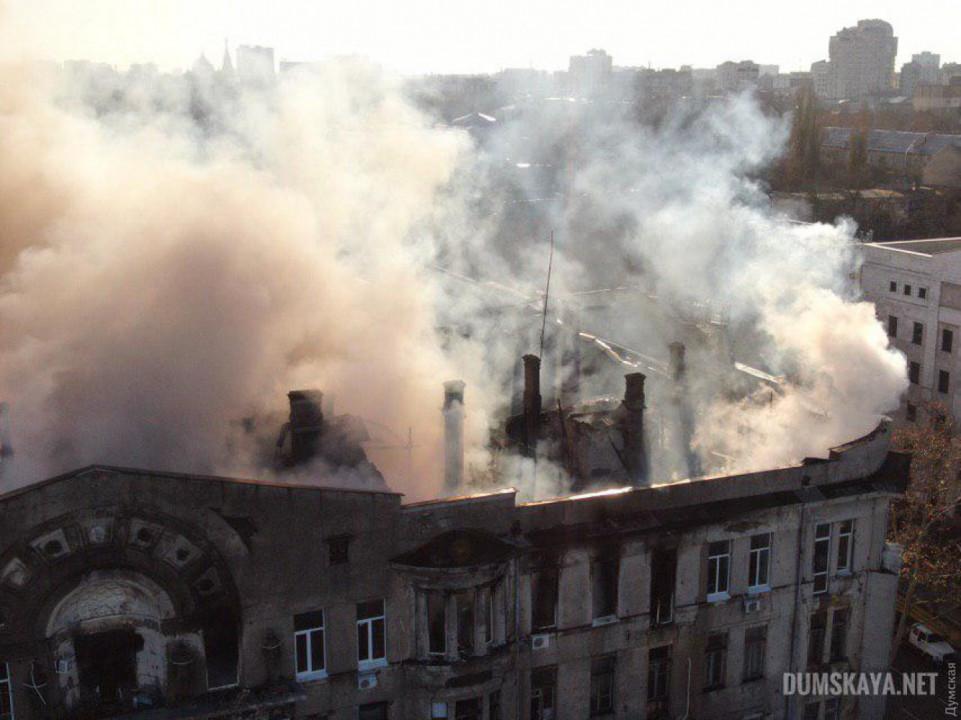 Что известно о пожаре в Одессе: есть погибшие, каркас здания может рухнуть (ФОТО)