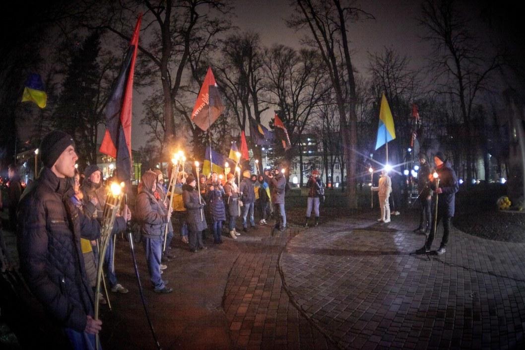 Что это было: по центру Днепра прошла сотня человек с факелами (ФОТО)