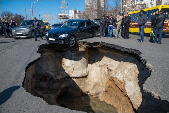 Земля ушла из под ног: в Днепре возле автовокзала просел кусок асфальта (ФОТО)
