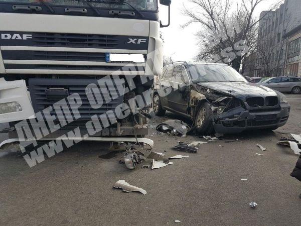 "BMW ""всмятку"": в Днепре столкнулись легковушка и грузовик (ФОТО)"
