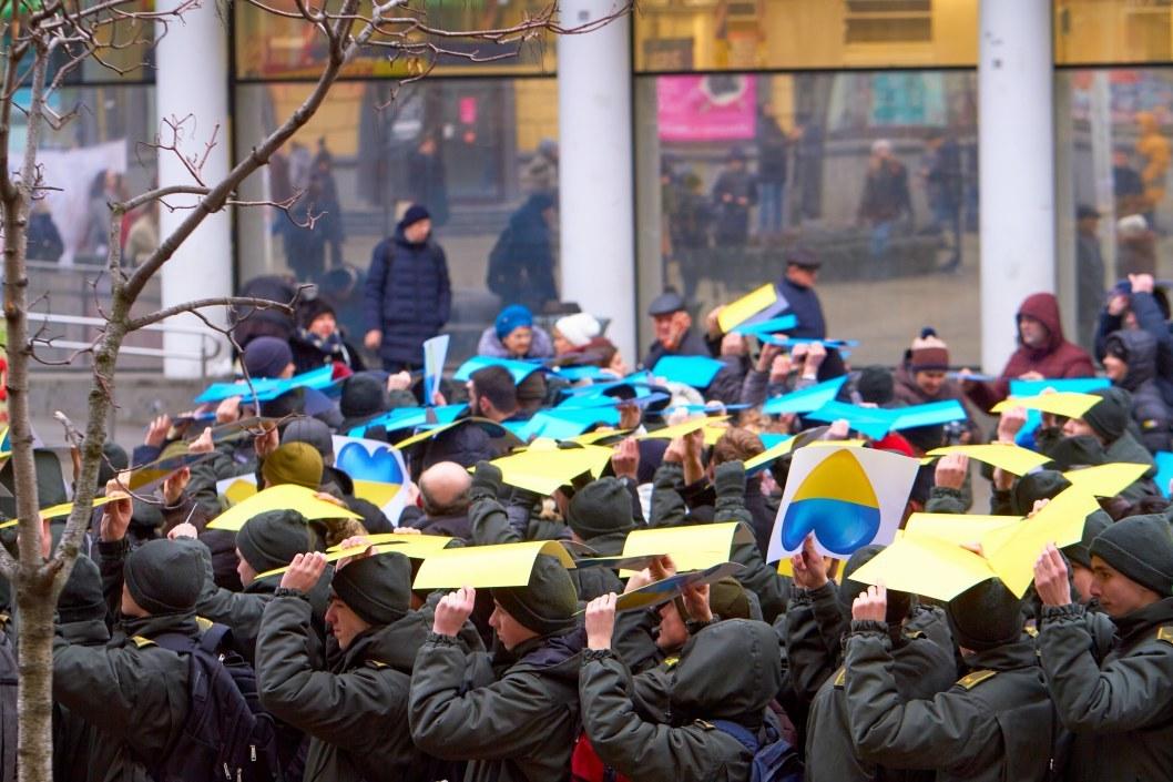 Патриотично: на Европейской площади из картонок сделали гигантский флаг (ФОТО)