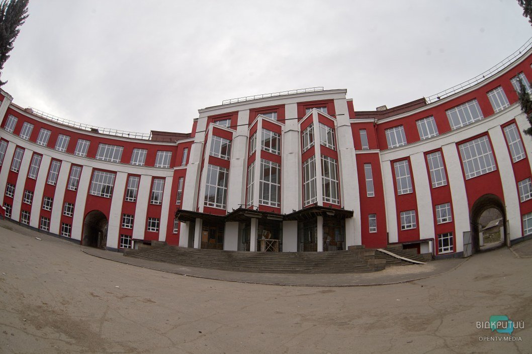Алый фасад, следы пожара и выбитые окна: как сейчас выглядит ДК Ильича в Днепре (ФОТО)
