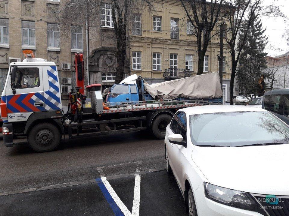 Заблокировала перекресток: в Днепре всю ночь посреди дороги простояла разбитая фура (ФОТО)