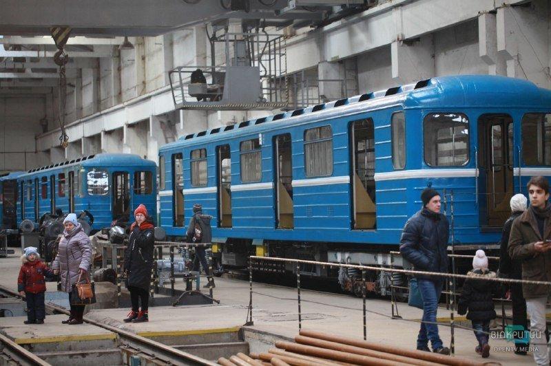 Днепрянам разрешили прогуляться по крыше поезда в метро (ФОТО)