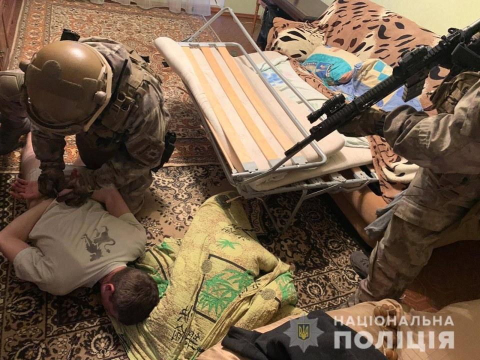 Гранаты, пистолеты и ножи: на Днепропетровщине задержали преступную группировку