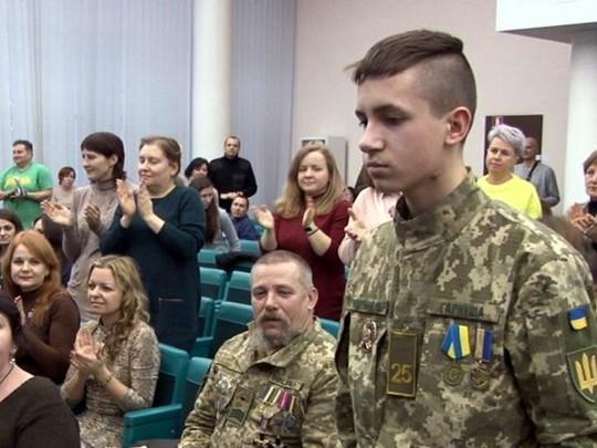 В Днепре наградили 16-летнего парня, который спас пятерых детей от взрыва гранаты