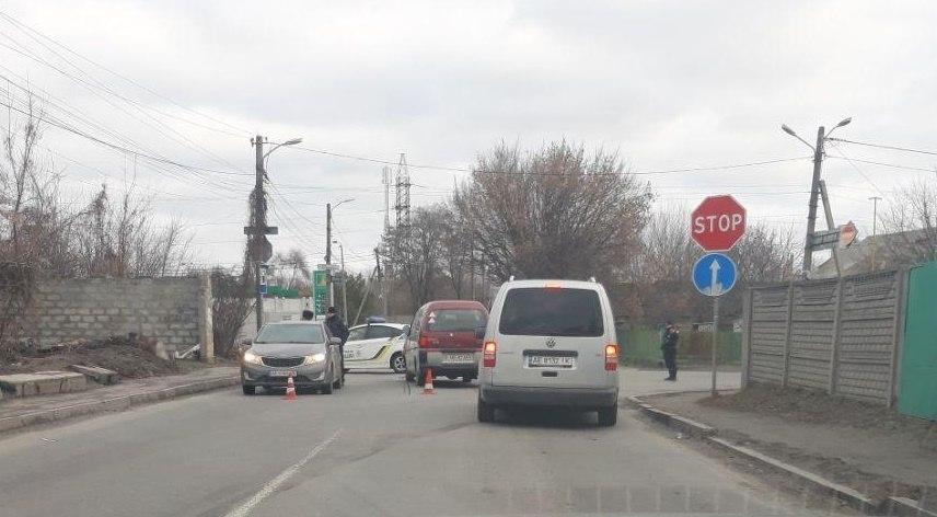 В Днепре на Отечественной столкнулись две легковушки: движение затруднено