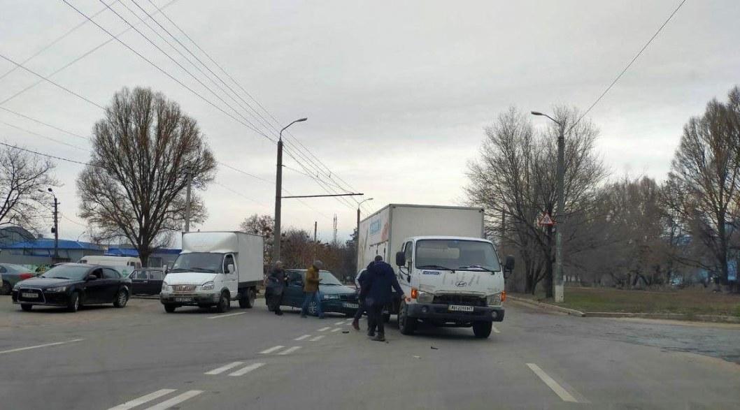 В Днепре столкнулись грузовик и легковушка: движение затруднено