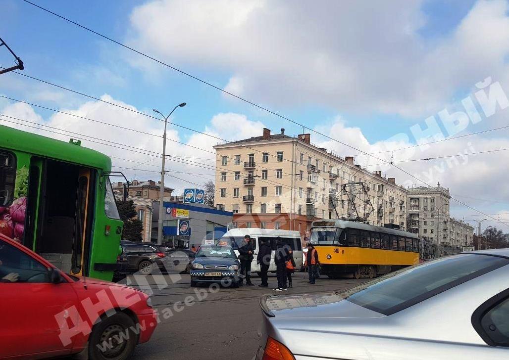 Возле Озерки столкнулись два авто: движение затруднено