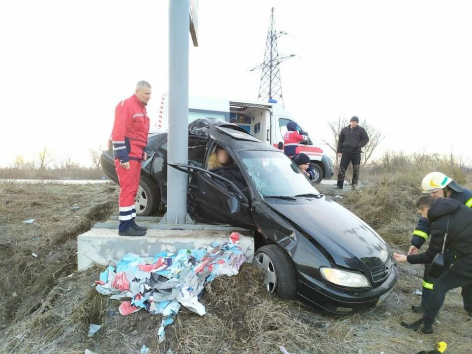 """На Днепропетровщине женщину доставали после ДТП из разбитого """"Опеля"""""""
