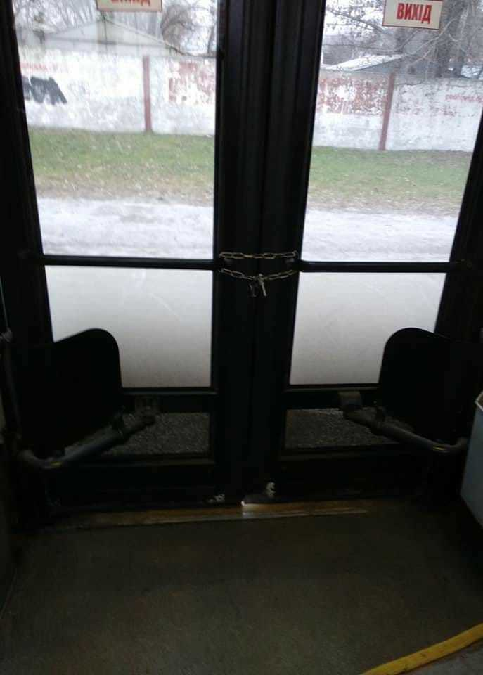 Металлическая цепь на дверях в салоне