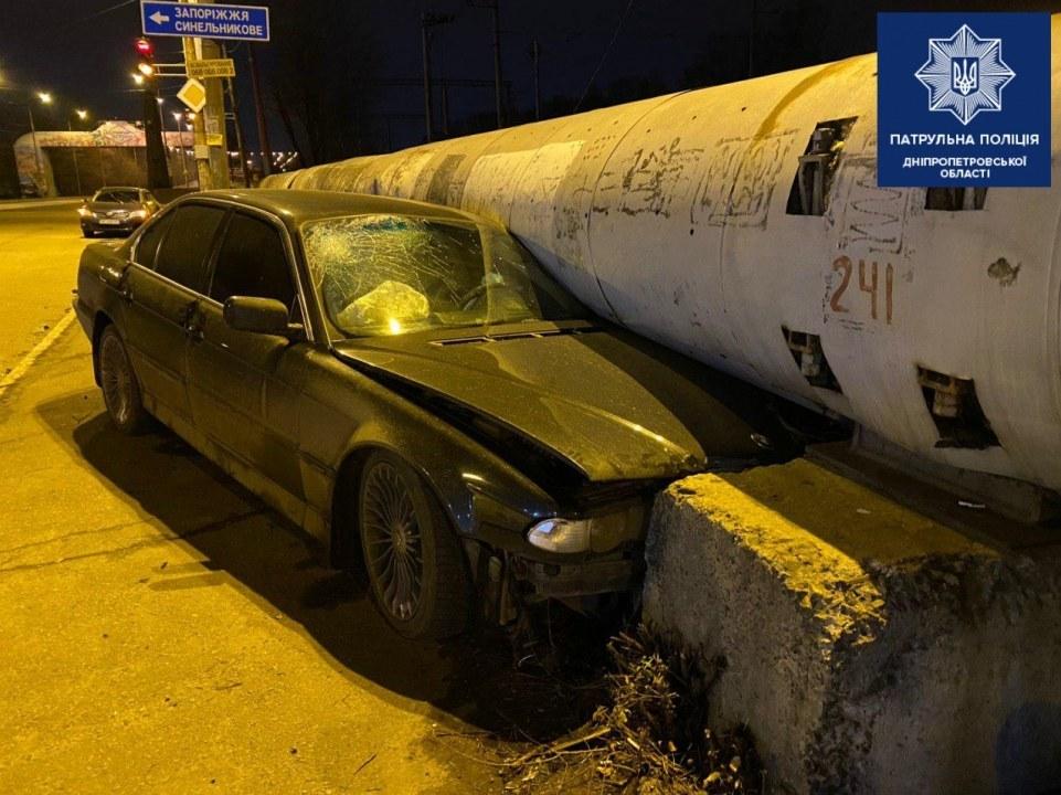 В Днепре на съезде с моста пьяный водитель влетел в бетонную плиту (ФОТО)