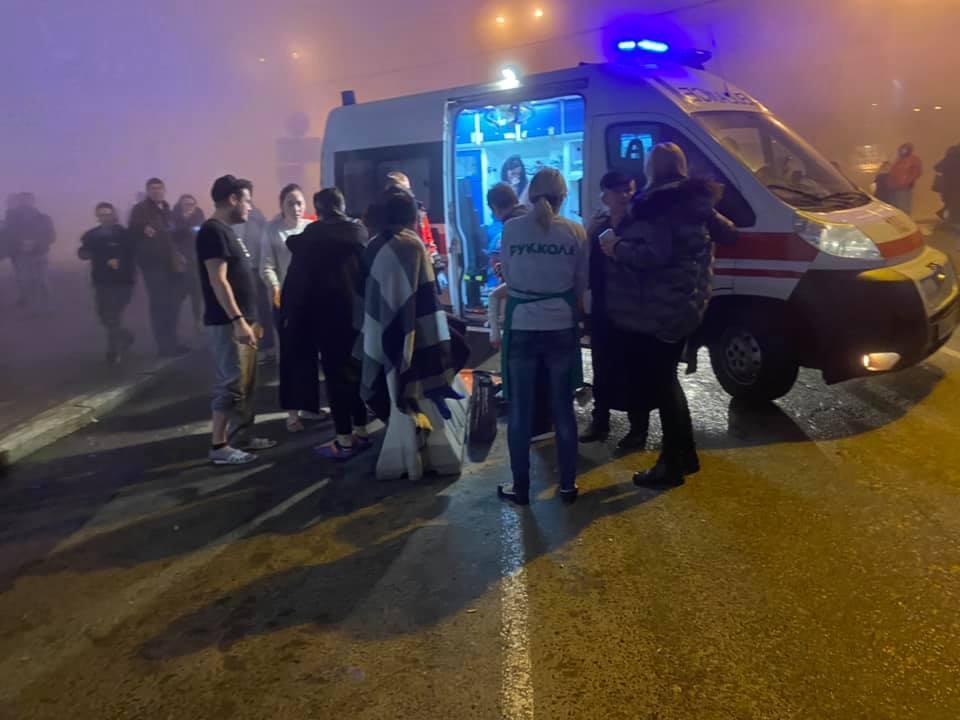 Выбивали стекла: В Киеве затопило кипятком торговый центр с людьми (ФОТО/ВИДЕО)