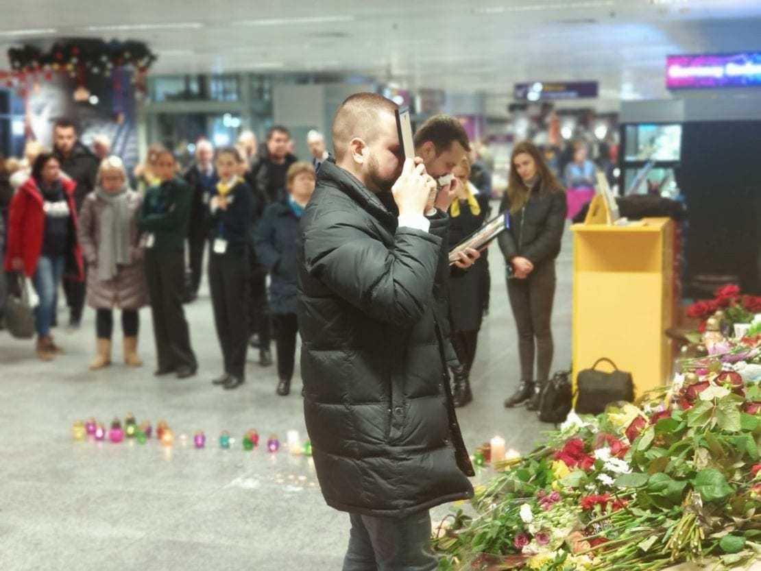 Муж погибшей стюардессы не отходит от портрета любимой в Борисполе (ФОТО)