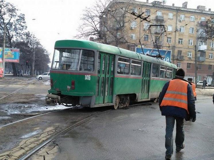 Не заметили друг друга: на Любарского мужчина попал под трамвай