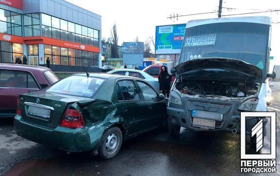 Тройная авария: в Кривом Роге столкнулись две легковушки и маршрутка