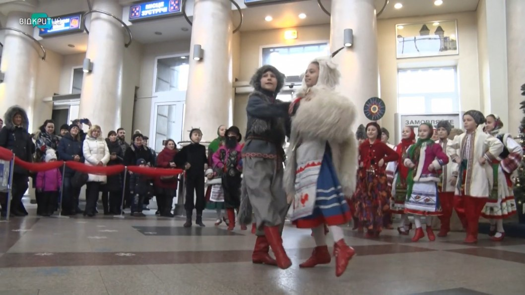 ВІДЕО: У Дніпрі на залізничному вокзалі водили святковий вертеп