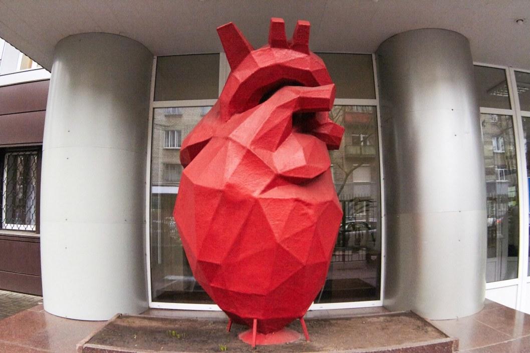 Собери великана: где в Днепре находятся гигантские нос, рука, сердце и голова (ФОТО)