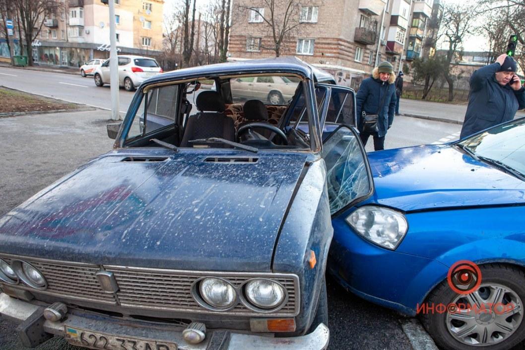 Сложный перекресток: в Днепре на Поля столкнулись Жигули и Chevrolet (ВИДЕО)