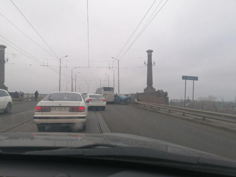 Авария на Старом мосту: столкнулись легковушка и автобус
